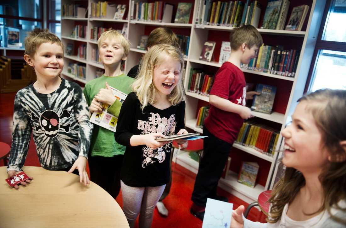 Forskningen pratar mycket om den viktiga kamrateffekten, som försvinner när skolor segregeras.  – Många skolor har blivit tömda på elever som kan vara spjutspetsar. Då försvinner samspelet där de lär av varandra, säger Carlshöjdsskolans rektor Margaretha Karlsson