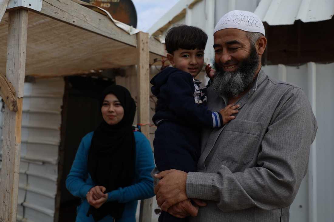 Mohammad, 2, tittar blygt på fotografen. Han, pappa Abu Hashim och storasyster Raghad, 16, har rustat sitt skjul inför vintern.