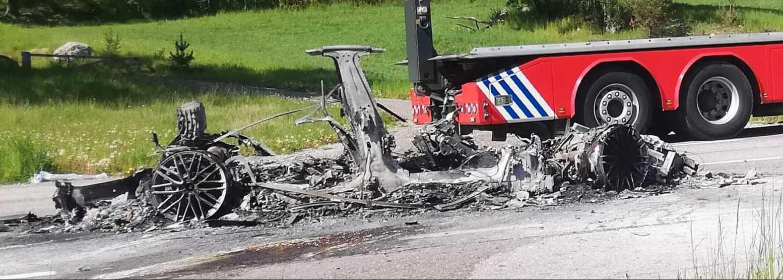 En elbil började brinna i krocken.