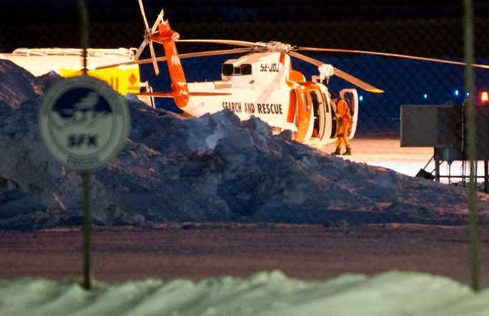 En av de svenska räddningshelikoptrarna som deltar i sökinsatsen efter ett norskt Herculesplan tankar på flygplatsen i Kiruna på torsdagskvällen.