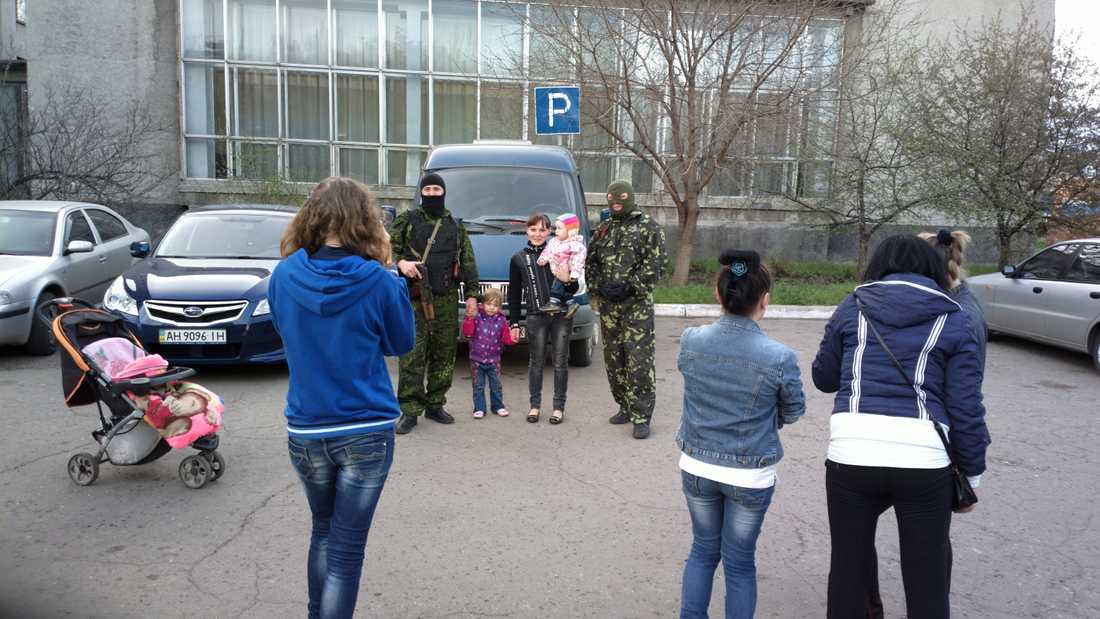 Högkvarteret Stadshuset är högkvarter för Folkrepublikens civila administration. Det militära kommandot sitter på ett annat ställe. Evgenij och Roman bevakar baksidan.