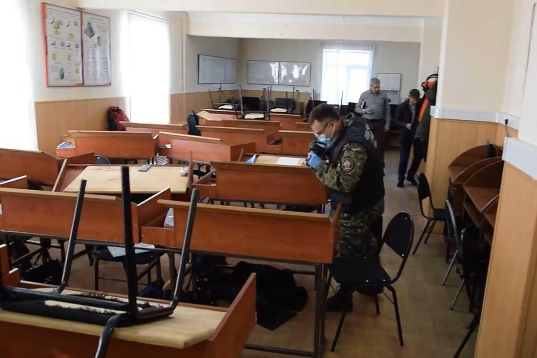 Ryska kriminaltekniker undersöker skolsalen i Blagovesjtjensk där skjutningen ägde rum.