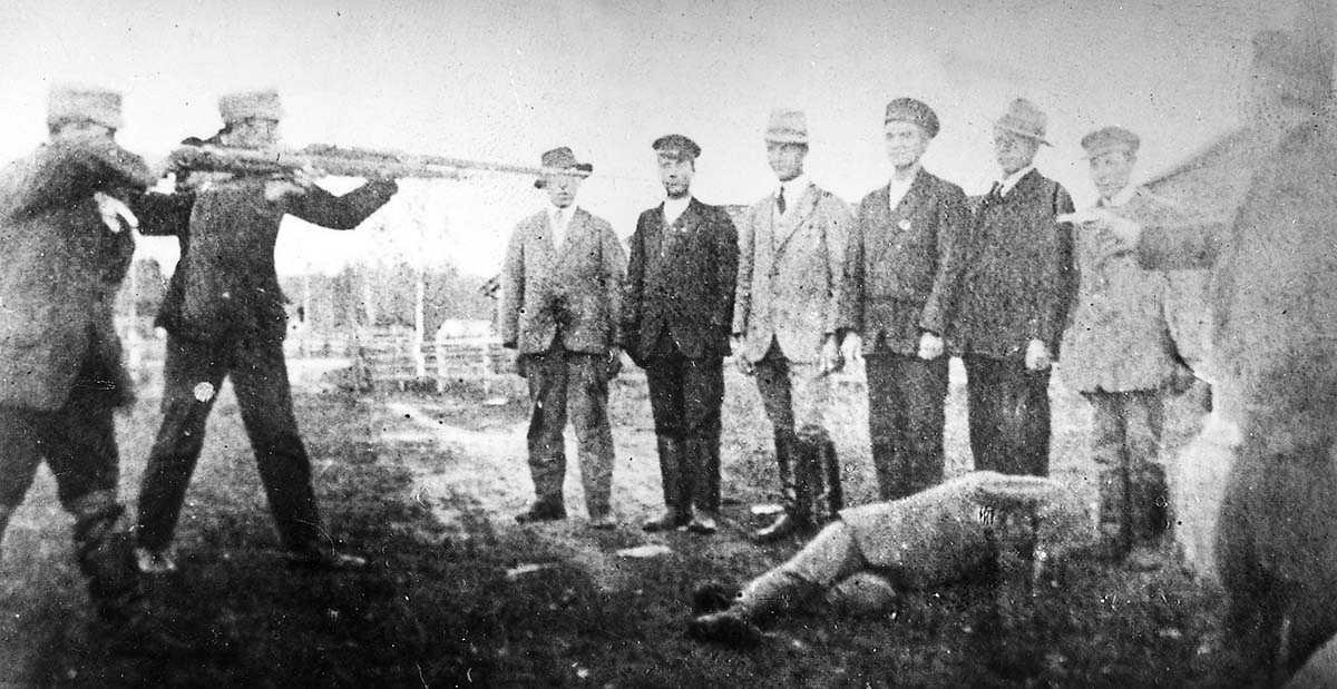 7400 rödgardister avrättades och 11500 avled i fångläger i samband med finska inbördeskriget, som bröt ut i dag för hundra år sedan. Enligt historiker kan emellertid denna klassiska bild på röda fångar som arkebuseras vara arrangerad.