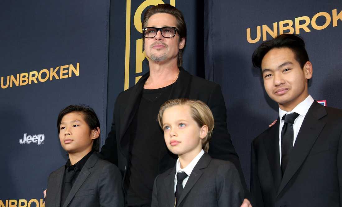 Brad Pitt med tre av sina barn. Sonen Maddox till höger i bild.