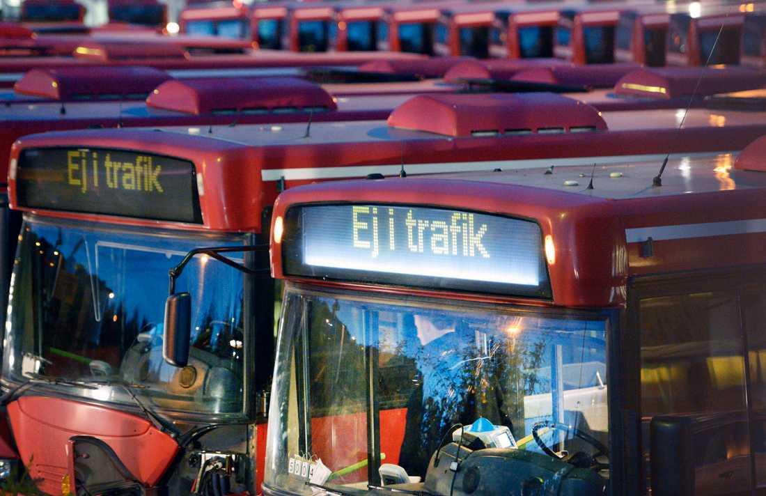 Rader av strejkparkerade bussar vid Råsta depån i Sundbyberg i västra Stockholm midnatt natten till onsdagen.