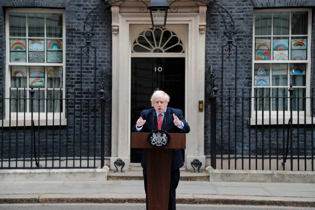 Boris Johnson är tillbaka på jobbet efter att ha tillfrisknat från coronaviruset.