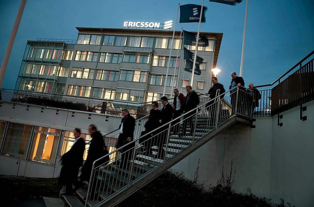 """lämnar företaget Anställda lämnar Ericsson i Stockholmsförorten Kista för dagen. I går kom beskedet att 1550 jobb ska bort  i Sverige – för att säkra elektronikjättens """"framtida konkurrenskraft""""."""