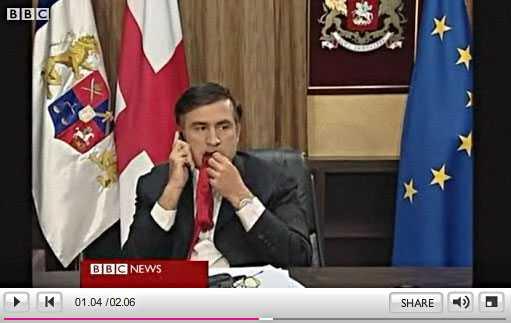 Bilderna på den georgiske presidenten Micheil Saakasjvili används nu i rysk propaganda där man ställer sig frågande till hans mentala stabilitet.