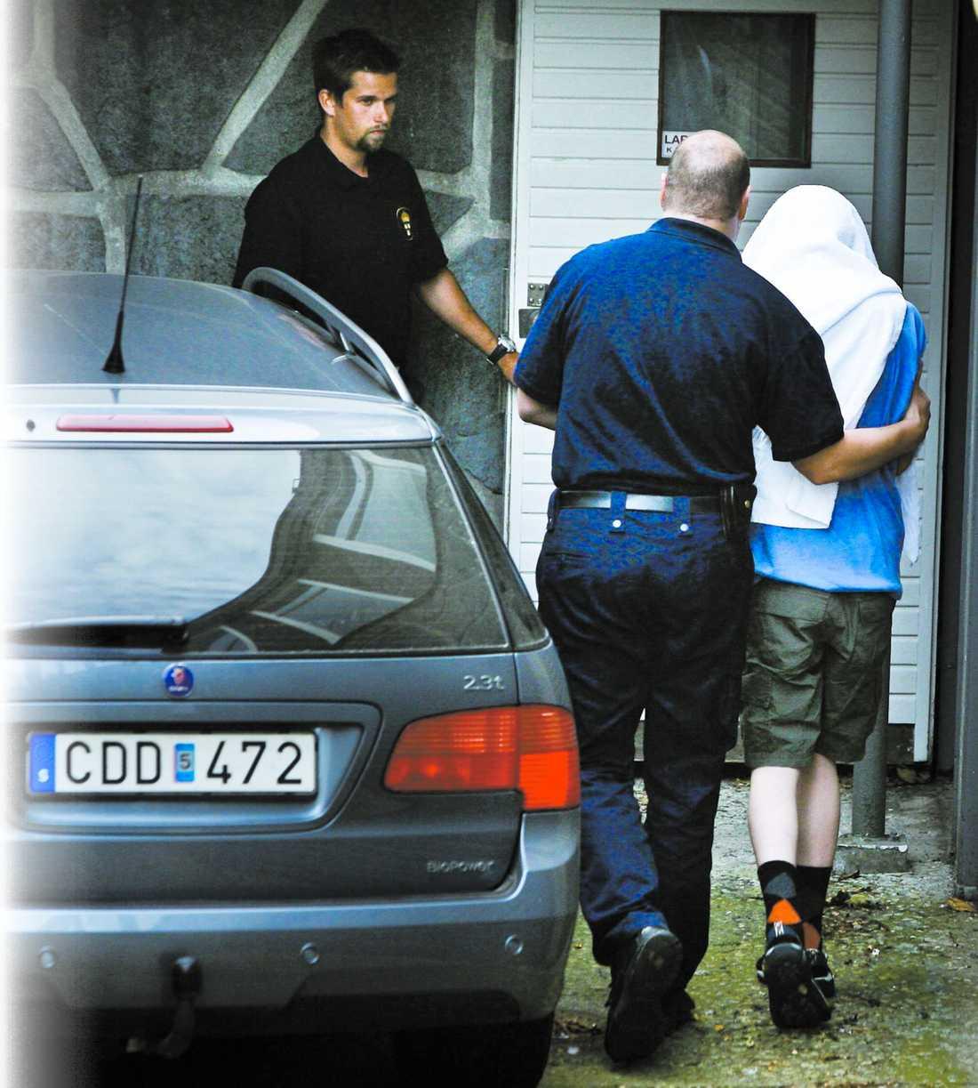 berättar själv Polisen har uppgifter om att 15-åringen på försommaren försökt strypa sin syster. Utredarna har också tillgång till material där 19-åringen själv berättar om dramat.