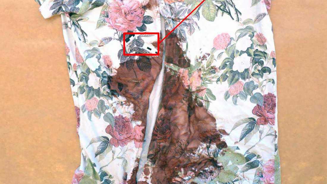 Offrets tröja var dränkt i blod. I bilden syns en markering var kniven gick igenom plagget. I samband med räddningsinsats klipptes plagget upp. Bild från förundersökningen.