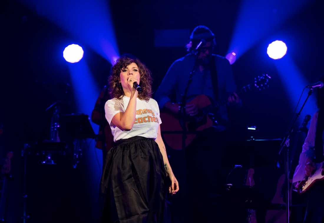 Amanda Bergman sjunger Bowie i Globen.