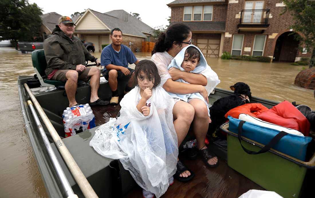 En familj evakueras från sin bostad i Houston.