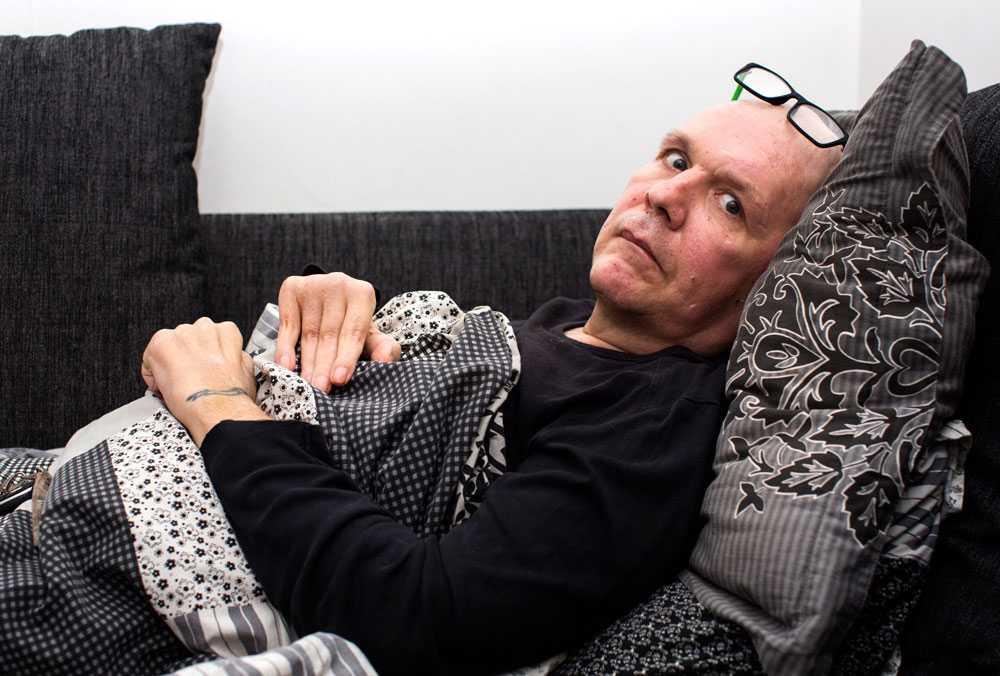 Mats Hansson blev feldiagnostiserad med ALS och hans kropp har brutits ned pga tre års felbehandling. De kämpar nu för att få ersättning och hjälp med rehabilitering. Han lider egentligen av lillhjärnsatrofi.