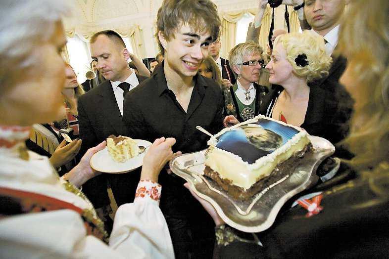 Klockan 12: Alexander Rybak firar norges nationaldag på Norska ambassadens innergård i Moskva.