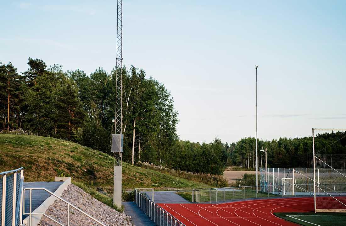Inga bostadshus finns i närheten av idrottsplatsen. Ett par skolor, skog och åkrar är närmaste grannarna.