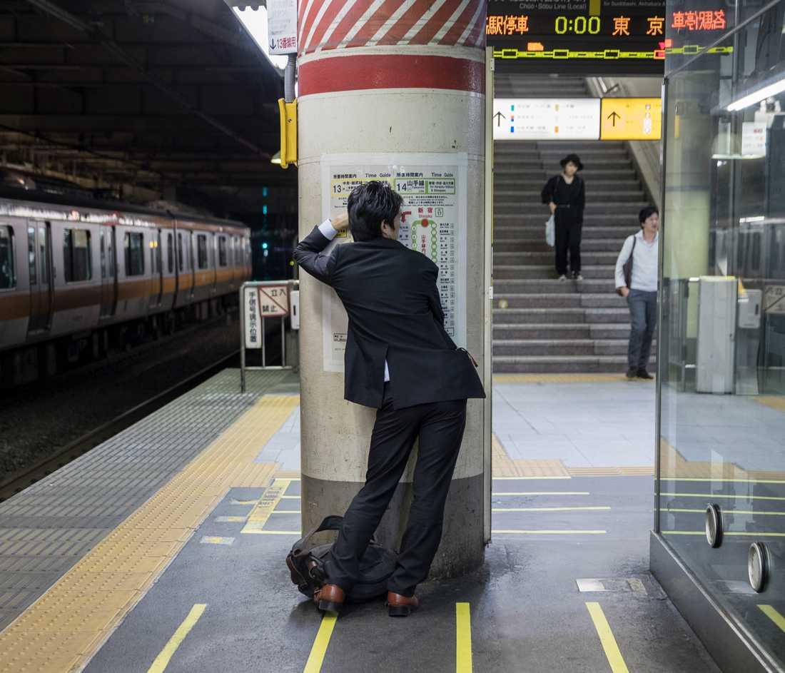 """Porträttserie, 2-a pris: """"Inemuri"""" är en japansk term som betyder ungefär: """"Sova vid medvetande"""" Det är en form av tupplur där en person slumrar till på en plats inte menad för sömn, som till exempel på tunnelbanan eller på kontoret."""