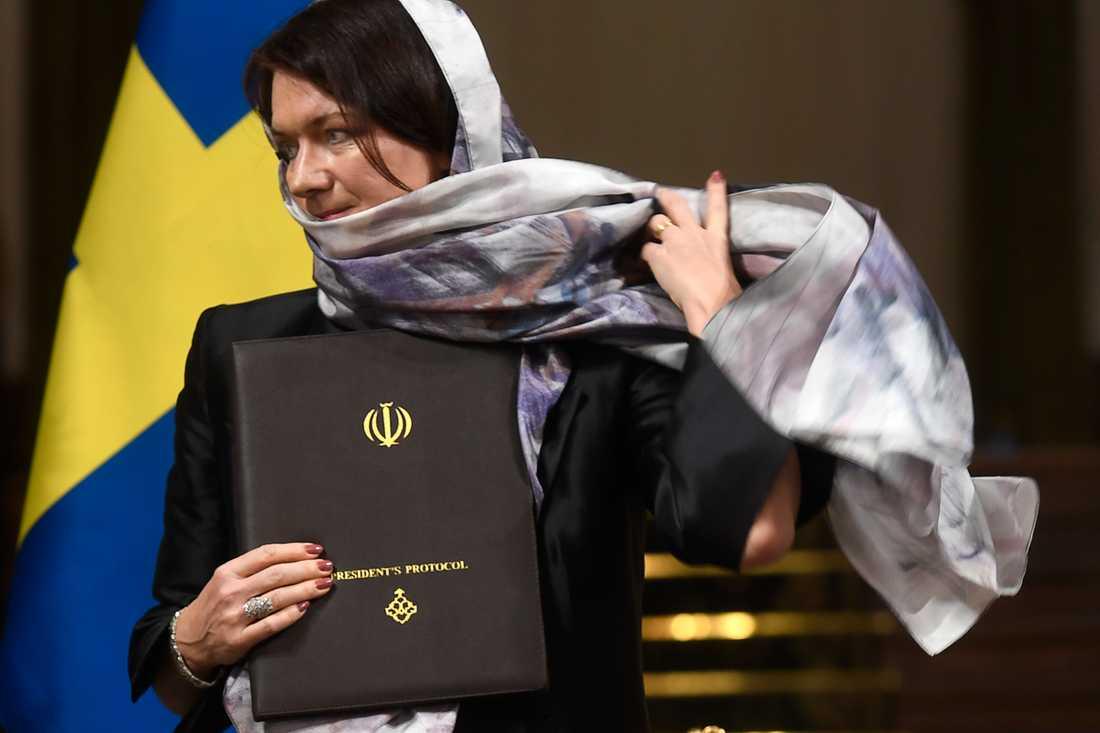 Ann Linde med slöja i Iran