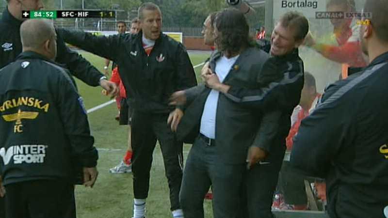 Samtidigt är Syrianskatränaren Özckan Melkemichel vansinnig på att HIF inte spelade ut bollen. Han rusar mot Helsingborgbänken och får hållas undan av en Syrianskaledare.