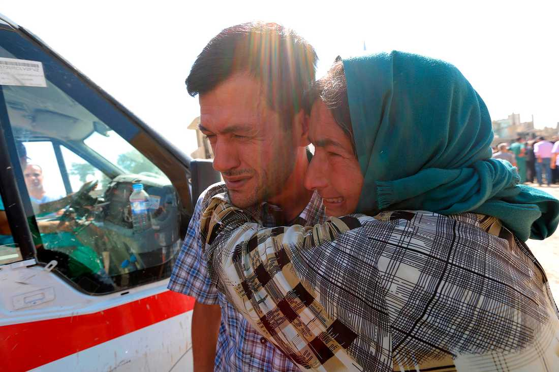 Abdullah kramas om av en släkting under begravningen.