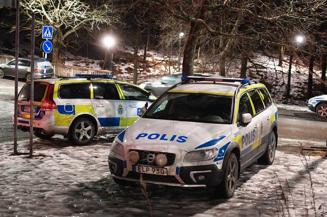 Polis på plats efter skjutning.