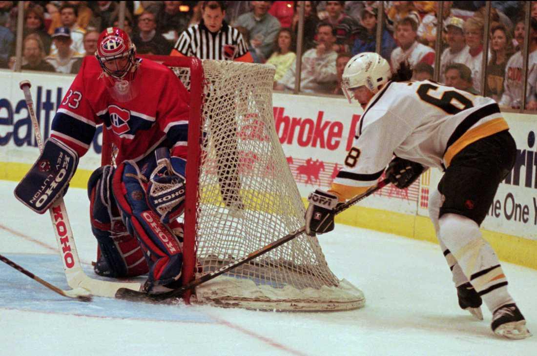 Jaromir Jagr försöker överlista Patrick Roy i en match mellan Pittsburgh Penguins och Montreal Canadiens 1995.