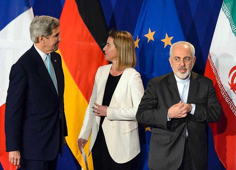 USA:s utrikesminister John Kerry tillsammans med EU:s chef för utrikespolitik Federica Mogherini under förhandlingarna med Irans utrikesminister Javad Zarif. Foto: Laurent Gillieron