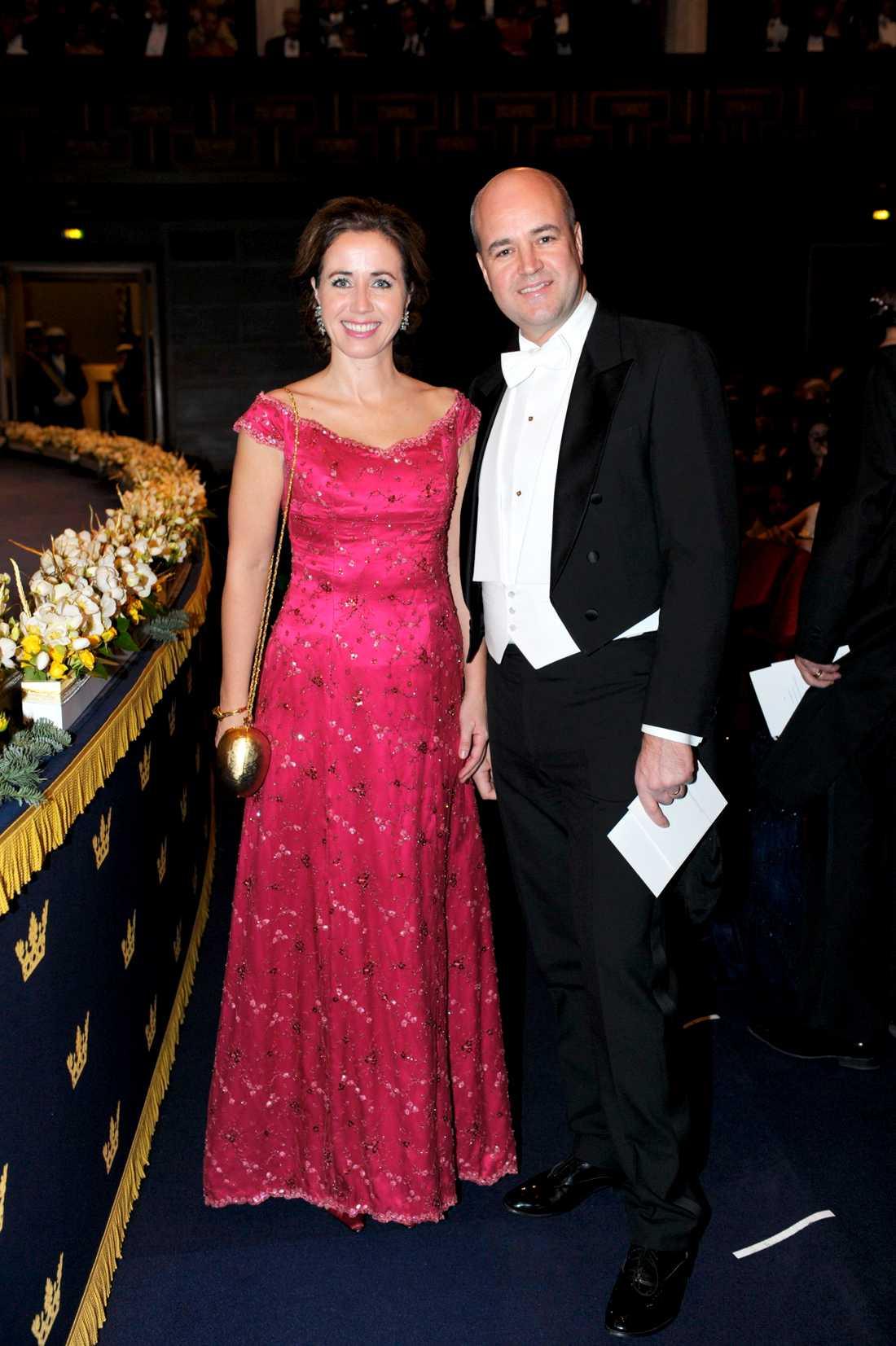 Filippa Reinfeldt återvinner, som hon berättade tidigare i veckan, sin klänning från Nobel 2008. Helt ok tycker jag, varför köpa nytt om man har en favorit? Är inte så förtjust i mönstret men hallonRÖTT klär henne även om just den färgen kanske inte är så poppis i det Reinfeldska hemmet alltid.