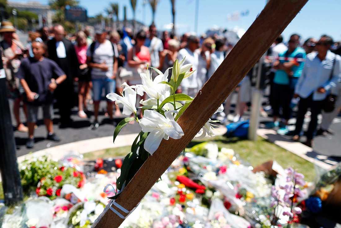 Människor vid minnesplatsen på Promenade des Anglais i Nice.