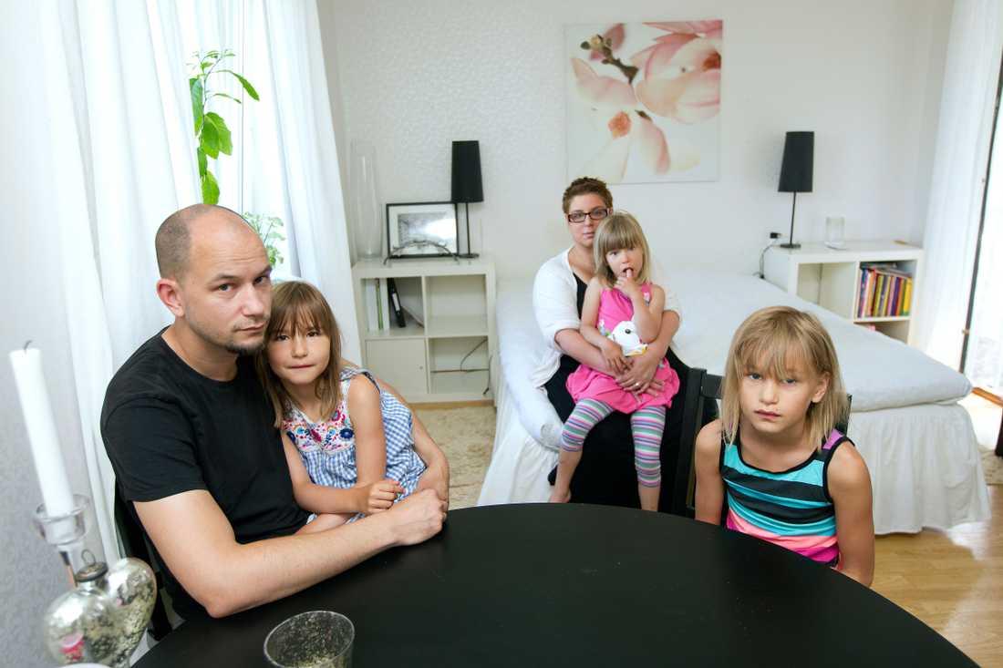 Rikard och Sara Lejåker med döttrarna i bostaden där de plågas av kackerlackor