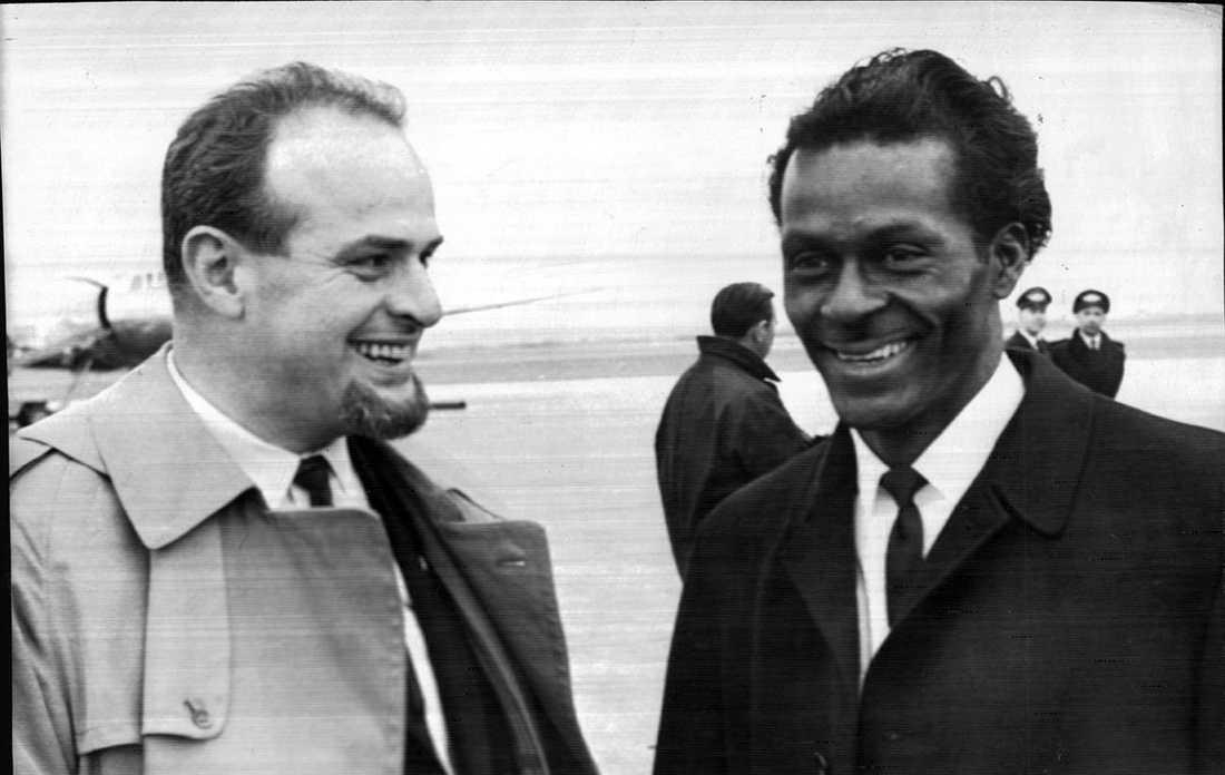 Orkesterledaren Simon Brehm välkomnar Chuck Berry på Torslanda flygplats 1965.