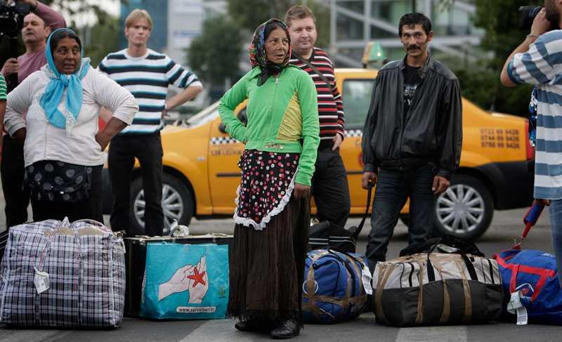 Rumänska romer som deporterats från Frankrike och nyss landat på Bukarest flygplats.
