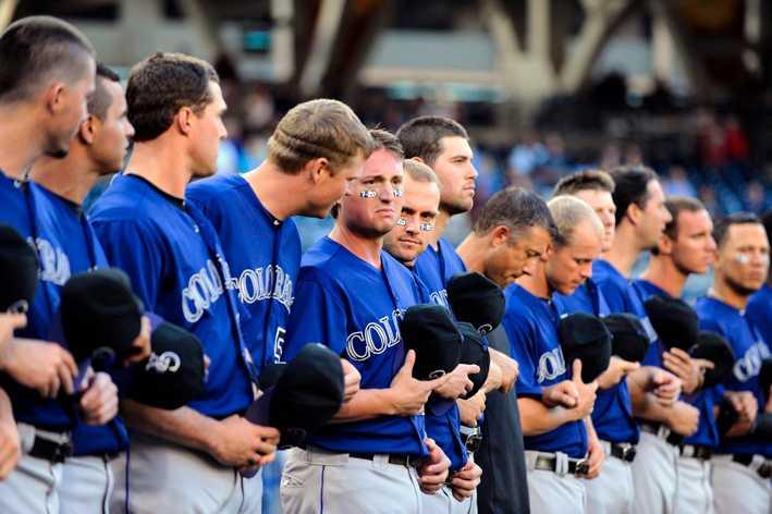 Colorado Rockies lag i baseball höll en tyst minut innan matchen mot San Diego Padres under fredagen.