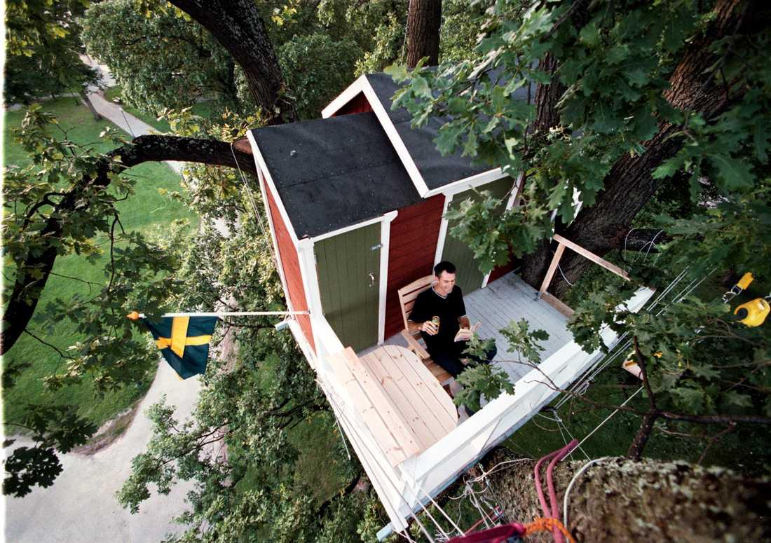Västerås är lite av det svenska navet för underliga hotell. Här kan du hänga på Hotell Hackspett. På bilden sitter Aftonbladets Joachim Kerpner uppe i en gammal ek där hans hotellrum befinner sig.