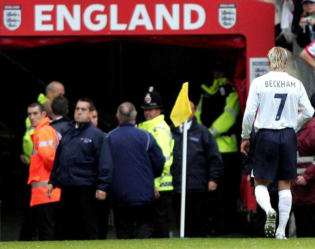 Lämnar Old Trafford efter att ha fått rött kort hemma mot Österrike i VM-kvalet i oktober 2005. England vann ändå –1-0.