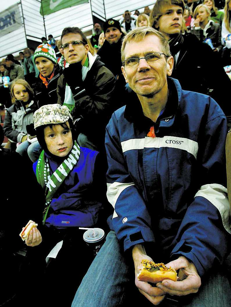 SÄGER BU LO-medlemmen Hans Cronlund, 49, är missnöjd med regeringens politik. Här på Söderstadion med sonen Benjamin, 9.
