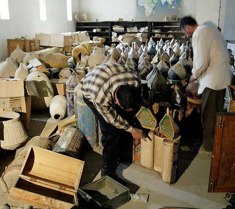 Bagdadbor inspekterar förödelsen på Nationalmuseet efter plundringsvågen 2003.