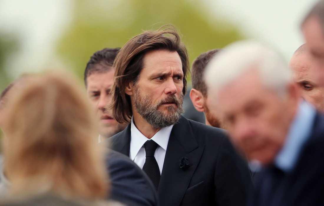 Jim Carrey under begravningen.