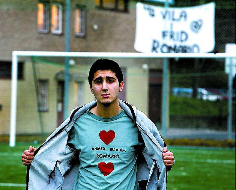"""GLÖMMER ALDRIG Ercan Uyanik, 19, har gjort en egen tröja till 'Romarios' minne. """" Han kommer alltid att finnas i våra hjärtan."""""""