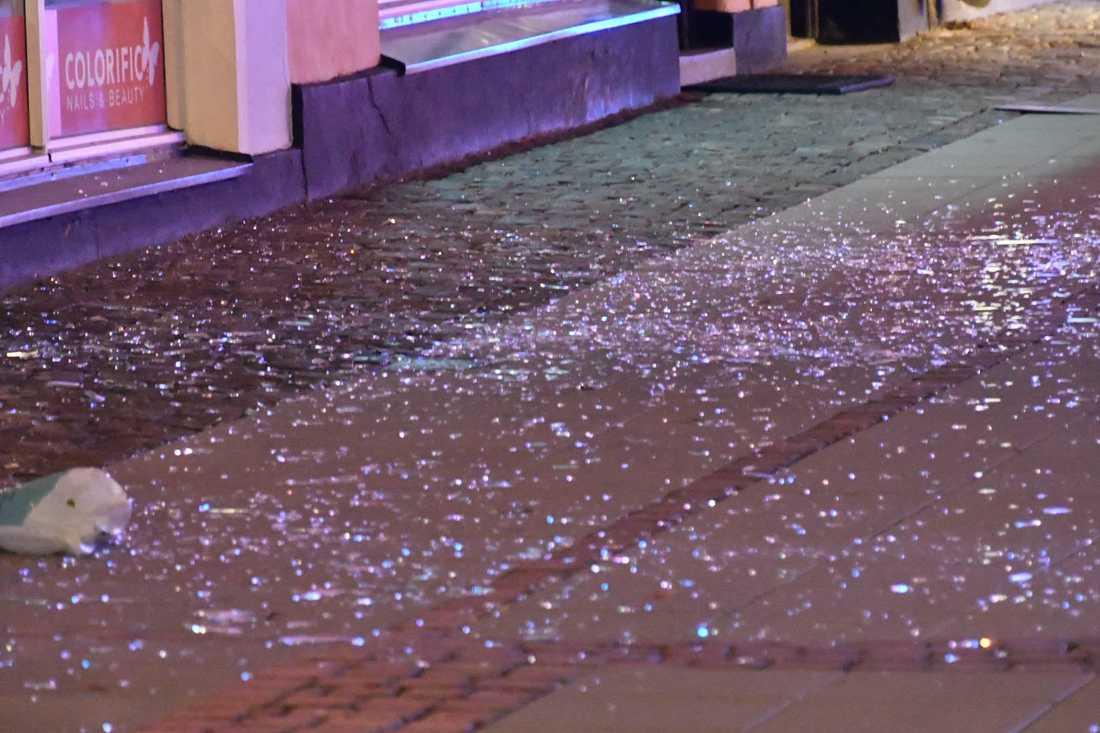 Glassplitter och delar av fasaden spreds ut på gatan.