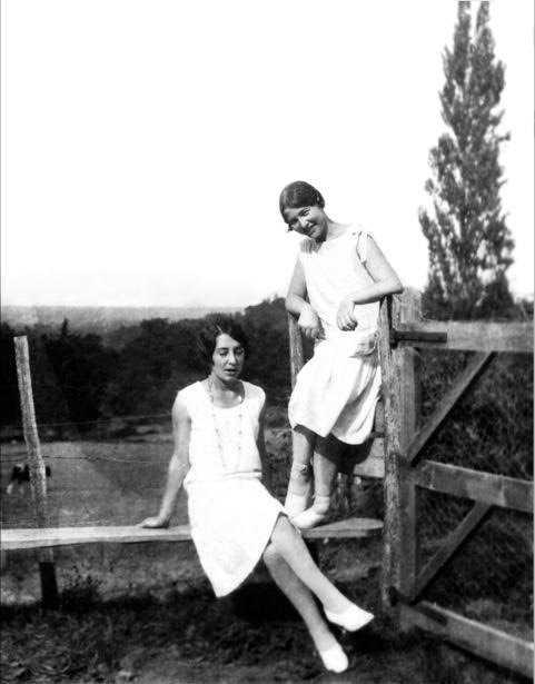 Zaza, eller Élisabeth Lacoin, tillsammans med Simone de Beauvoir som skrev om sin barn- och ungdomsvän i flera böcker.