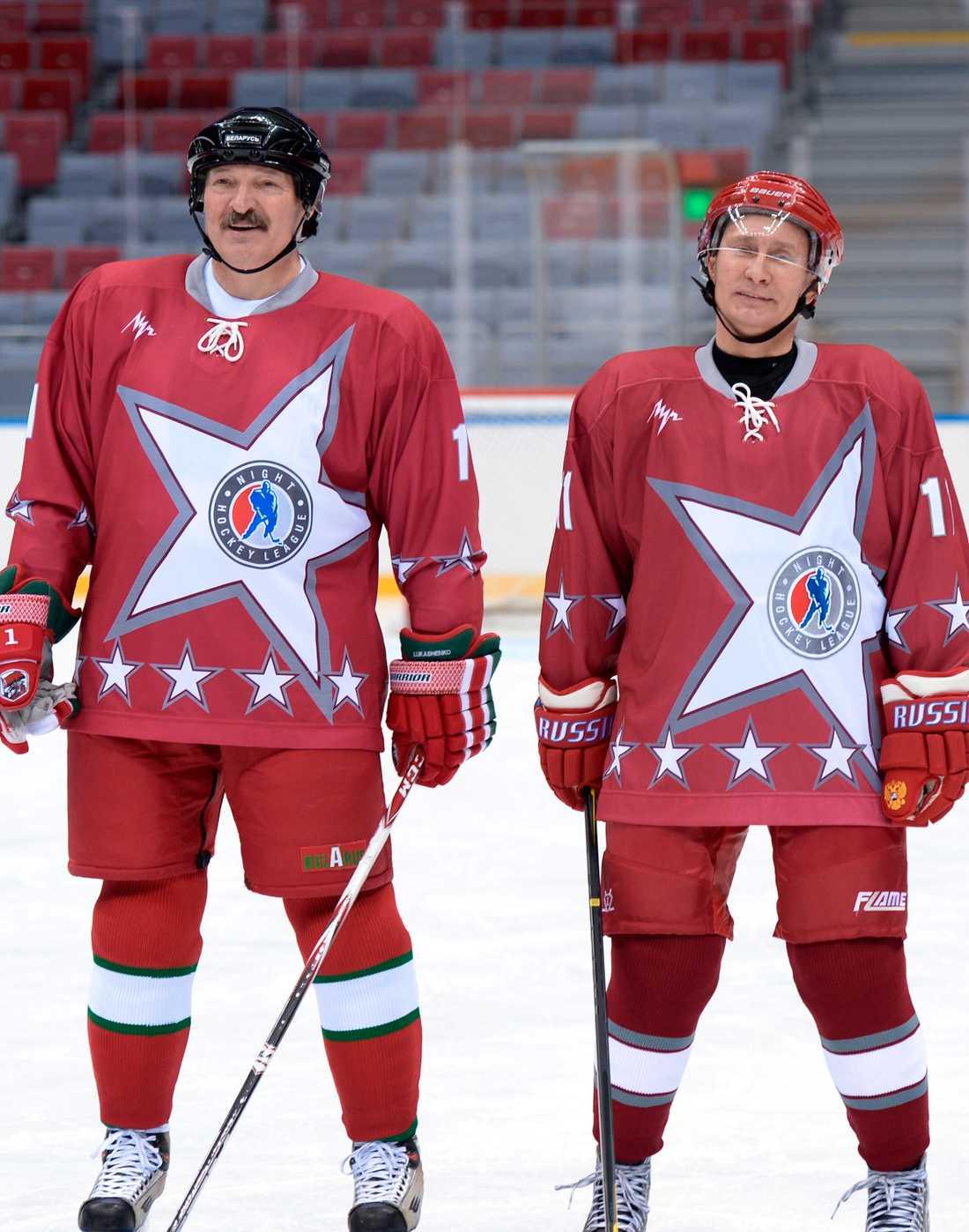Belarus Aleksandr Lukasjenko och Rysslands Vladimir Putin på en gemensam propagandabild. Iförda ishockey-mundering