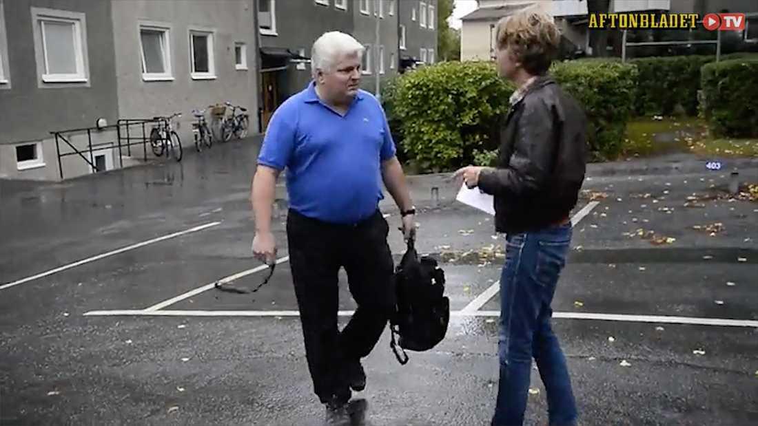 När Aftonbladet kontaktar Gehrke låtsas han vara någon annan.