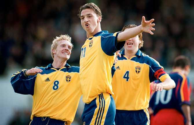 """Parallellt med spel i A-landslaget representerade Zlatan även U21-landslaget. Här har han gjort mot mot Moldavien i juni 2001 och gratuleras av Christian """"Chippen"""" Wilhelmsson och en delvis skymd Nils-Eric Johansson."""