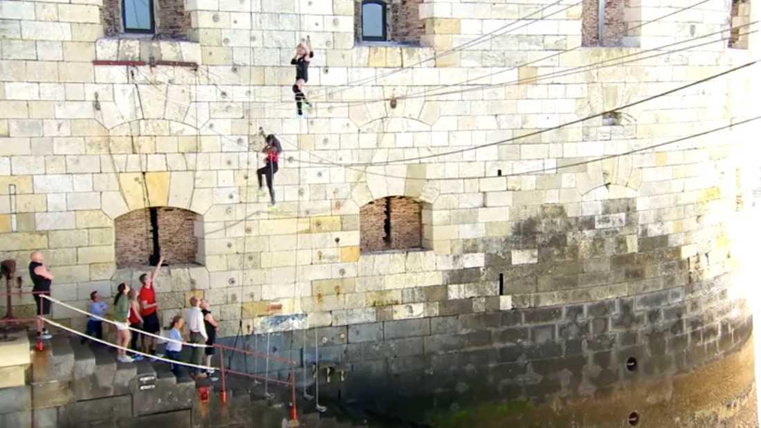 Linda Lindorff, överst, slog sig blodig när hon skulle klättra upp för Fort Boyards ogästvänliga vägg.