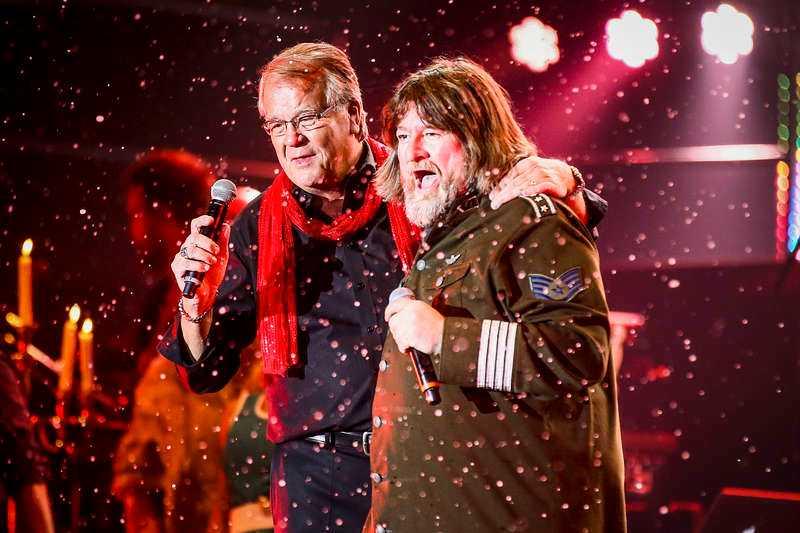 Lasse Berghagen och Ebbot Lundberg är två av storstjärnorna i en julshow som är fullpackad av aktiviteter och avverkar sina låtar med rasande fart.