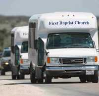 POLISESKORT. Sektmedlemmar på väg ut från ranchen i bilar, eskorterade av polis.