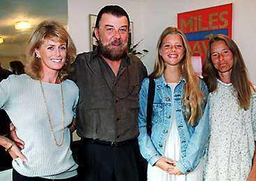 Sven-Bertil Taube med frun Michaela och ex-frun Ann Zacharias. I mitten dotten Sascha.