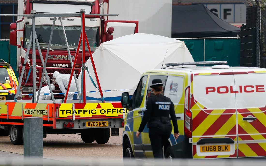 """Människosmugglare ska """"jagas och ställas inför rätta"""", säger Storbritanniens premiärminister Boris Johnson efter att 39 personer hittats döda i en lastbilscontainer öster om London."""