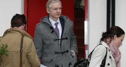 Fruktar dödsstraff Julian Assange, på väg till rätten måndagen den 7 februari. Hans försvarare kommer göra allt för att stoppa en utlämning av honom till Sverige.