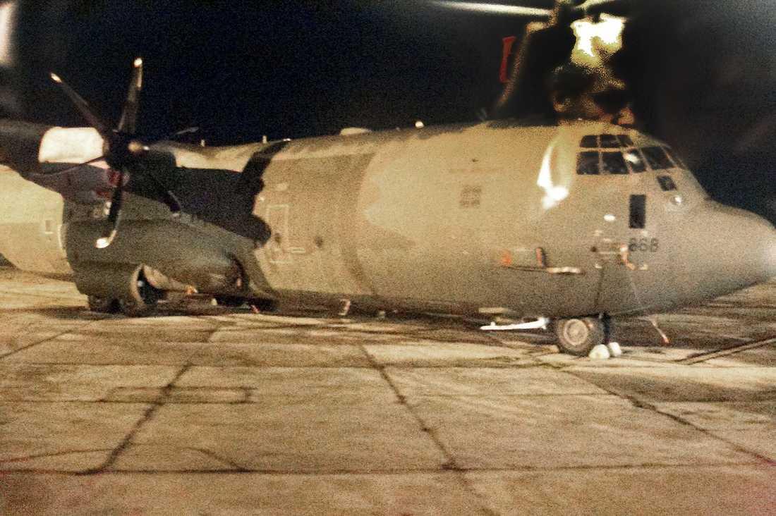 Väntar på beslut Ett svenskt Herkulesplan står redo på flygplatsen i Valetta för att flyga till Libyen så snart klartecknet ges.